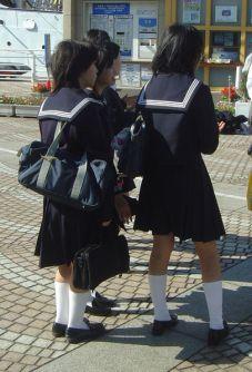 http://murniramli.files.wordpress.com/2007/07/406px-japanese_school_uniform_dsc06051.jpg